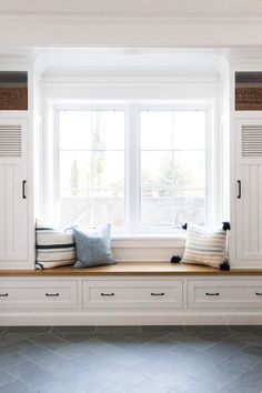 Mudroom lockers with built-in bench with wood seat. Built In Bench, Bench With Storage, Built In Seating, Window Benches, Window Seats, Window Seat Kitchen, Window Seat Cushions, Room Window, Living Pool