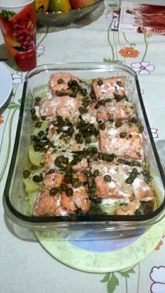Salmão aassado com batatas ao molho de alcaparras.