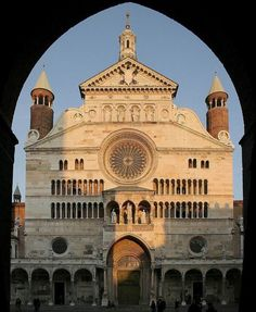 Catedral de Cremona. La catedral es un vasto templo románico continuamente readaptado con elementos góticos, renacentistas y barrocos. Su campanario es el famoso Torrazzo di Cremona —símbolo de la ciudad y la torre más alta a principios de la Italia moderna— y contiguo está el Baptisterio, constituyendo los tres elementos uno de los conjuntos más emblemáticos de la transición románico-gótico de la Italia del norte, hay notables obras de escultura y pintura