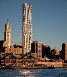 El nuevo edificio de Frank Gehry en Nueva York esta a punto de ser terminado y convertirse en uno de los más altos edificios residenciales en America. La torre de 265 metros de alto con 903 departamentos ya es el octavo edificio más alto de Nueva York y su ubicación privilegiada en 8 Spruce street de Lower Manhattan justo enfrente del ayuntamiento y del comienzo del Brooklyn Bridge.