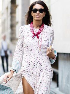 Wie ein Bumerang kommen Bandanas alle Jahre wieder zurück auf unser Fashion-Radar. Dieses Mal tragen wir das Halstuch mit dem Paisleymuster aber nicht um unseren Hals zu wärmen, sondern als coolen Kettenersatz. Abgeschaut haben wir uns den genialen Trick von Fashion-Stylistin Viviana Volpicella. Die Italienerin trägt ihr rotes Bandana schmal zusammen gewickelt mit Knoten nach vorne. Besonders cool sieht Viviana´s Look aus, wenn sie andere Ketten mit dem Bandana kombini...