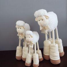Trio Ovelhas Juju/Carneirinho Nick decorativa - 55, 50 e 38 cm - laço marfim. ovelha…