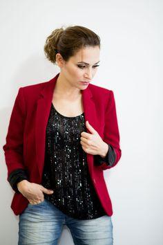 Blazer vermelho #Zara Calça jeans #CalvinKlein e blusinha preta brilhosa. #GW10_30 #10peças30looks #consultoriadeimagem #imagem #moda #fashion #estilocontemporâneo #officelook #lookfeminno #black #jeans #brilho