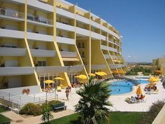 WOHNUNG C / MEERBLICK, SCHWIMMBAD, PARKPLATZ, WIFI UND 200 MTRS. DA MARINA Vacation Apartments, Swimming Pools, Multi Story Building, Smoke, Mansions, House Styles, Beach, Home Decor, Products