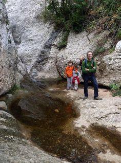 Miquel Rafa @cercavores  Benvinguda la pluja, al cor de #Montserrat d'excursió amb la família per #connectanatura