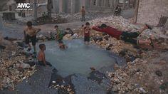 In beeld: kinderen zwemmen in bomkrater Aleppo | NOS