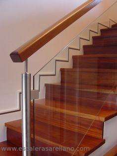 Barandilla madera y varillas de acero inoxidable Modern Stair Railing, Staircase Handrail, Modern Stairs, Steel Stairs, Wood Stairs, House Stairs, Door Gate Design, Railing Design, Staircase Design