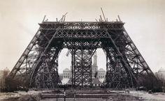 As vigas de ferro da Torre Eifel em Paris, subindo em 1888. | 25 fotos incríveis que vão mudar sua visão da História