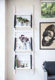 Byg en svævende reol til stuen, hvor du kan opbevare fine loppefund og planter. Vi guider dig trin for trin i galleriet her.