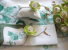 matrimonio eco : bracciale legatovagliolo con fiori di carta -Green wedding table decor:  paper napkin ring - favors