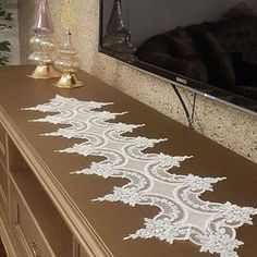 This Pin was discovered by Bey Diy Crafts Crochet, Crochet Home, Yarn Crafts, Diy And Crafts, Crochet Doily Patterns, Crochet Designs, Crochet Doilies, Embroidery Patterns, Handmade Table