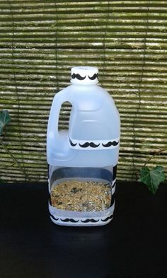 Vogelvoer huisje van plastic fles, gepimpt met plakband.