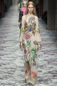 Luxury fashion brand Gucci just launched their Spring-Summer 2016 Ready-to-Wear collection at Milan Fashion Week. The outfits were very colorful and. 2016 Fashion Trends, Fashion Week, Love Fashion, Runway Fashion, Spring Fashion, High Fashion, Fashion Show, Fashion Design, Milan Fashion
