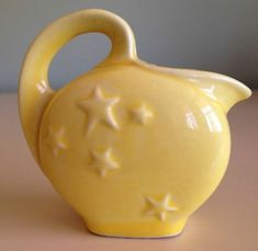 Shawnee Pottery pitcher with stars. I still like the blue better, but it doesn't matter, I have neither. Mccoy Pottery, Vintage Pottery, Ceramic Pottery, Pottery Art, Vintage Yellow, Vintage Love, Vintage Dishes, Vintage Kitchen, Teapot Cookies