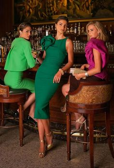Gorgeous party dress by Karen Caldwell. Let's party in style 🙂 … Gorgeous party dress by Karen Caldwell. Let's party in style 🙂 Mais Green Fashion, Look Fashion, Womens Fashion, Gq Fashion, Dame Chic, Dress Skirt, Dress Up, Green Dress Outfit, Elegantes Outfit