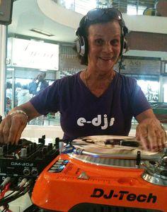 """Sandra Gabby, 89 anos, aluna da escola e-djs, é uma das finalistas do Campeonato """"Vovó não eu sou DJ"""""""