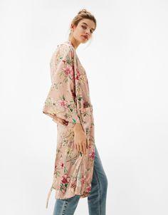 Batín largo estampado flores. Descubre ésta y muchas otras prendas en Bershka con nuevos productos cada semana