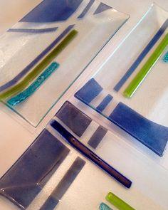 Bienvenido el fin de semana! Ultimo fin de Noviembre ! Esperando por la 🎄🎄🎁🎁 @vitreusglass #vitrofusion #fusedglass #vitrofusion… Fused Glass Plates, Glass Dishes, Glass Fusing Projects, Slumped Glass, Kiln Formed Glass, Ceramic Clay, Glass Art, Ceramics, Tableware