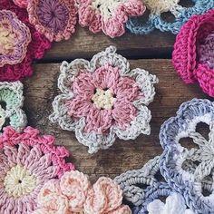 Easy Crochet Flower Appliques Free Patterns for Beginners: Crochet flower, flower motif, beginner crochet flower patterns free Crochet Puff Flower, Bag Crochet, Crochet Flower Patterns, Flower Applique, Crochet Motif, Crochet Flowers, Knitting Patterns, Crochet Cats, Crochet Birds