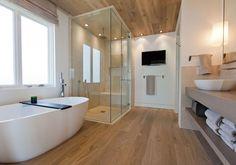 A la hora de reformar el baño puede que, para muchos, la madera quede totalmente descartada. Es cierto que la madera no es el material que mejor se lleva con la humedad, pero, a pesar de lo que puedas estar pensando, es totalmente compatible. La madera es un material que hace acogedora y cálida cualquier estancia y...