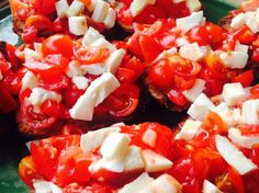 Bruschetta pomodoro e mozzarella Caprese Salad, Bruschetta, Mozzarella, Salsa, Ethnic Recipes, Food, Essen, Salsa Music, Meals
