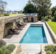 Inground pool: what you need to know before you start Piscine enterrée : ce qu'il faut savoir avant de se lancer Inground swimming pool: what to know before launching - House side