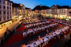 """Österreich: Open-Air-Dinner in der Grazer Altstadt  (rf) Im Sommer 2015 können rund 700 Gäste an einem besonderen Open-Air-Dinner in der Grazer Altstadt teilnehmen. """"Alles Genuss"""" heißt das Motto der Langen Tafel am 15. August 2015. Die historische ...  Link: http://www.reisefernsehen.com/reise-news/ausflugstipps/oesterreich-open-air-dinner-in-der-grazer-altstadt.php"""