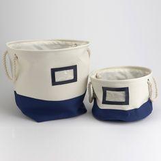 """Issu de la collection """"Le bistro de la mer"""" de la marque Amadeus, ce lot de deux sacs à linge est non seulement """"déco friendly"""" avec son style bord de mer mais aussi pratique car chacun des sacs dispose d'anses en cordage et de petites fenêtres pour l'étiquette. #mer #déco #borddemer"""
