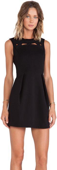 vestido negro corto juvenil