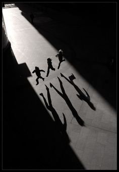 35 Fantastic Black and White Street Photographs - 121Clicks.com #Photograph #Kids #Shadow