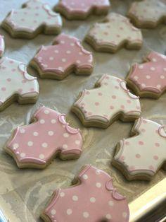 Ideas How To Decorate Cookies With Royal Icing Baby Shower Baby Girl Cookies, Onesie Cookies, Baby Shower Cookies, Cupcakes, Cupcake Cookies, Cookie Favors, Flower Cookies, Heart Cookies, Valentine Cookies