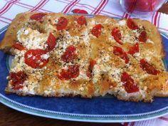 """Ντοματένια """"πλατσίντα"""" με τυρί φέτα. Όταν μια Βλάχα μιλάει για πίτες και για την """"πλατσίντα"""" εγώ απλά υποκλίνομαι! Greek Recipes, Light Recipes, My Recipes, Dessert Recipes, Cooking Recipes, Favorite Recipes, Recipies, Bread Oven, Diabetic Snacks"""
