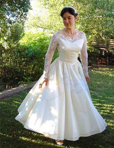 Wat een super mooie jaren '50 jurk! Ik ben verbaasd dat hij zo lang is en dat je er zo in zou kunnen trouwen!