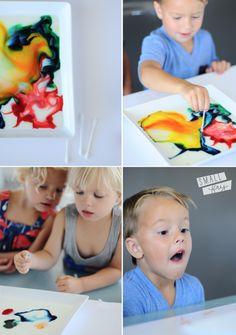 Expérience chimique pour bambin : du lait, du savon et du colorant alimentaire...