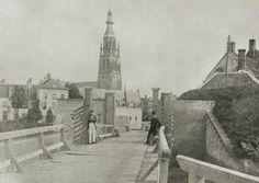 De waterpoort voor de ontmanteling van de stad in de jaren 1870-1880, met de toren van de Grote Kerk en het Post- en Telegraafkantoor op de achtergrond.