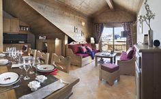 Chalet : décoration intérieur rustique, typique montagnard. Canapé et rideaux rouges. Cuisine authentique. Vue sur la station de ski.