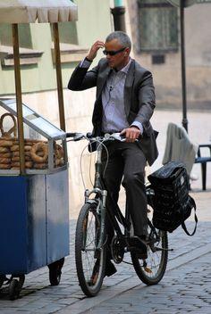 Parando la bicicleta para tomar un pretzel.
