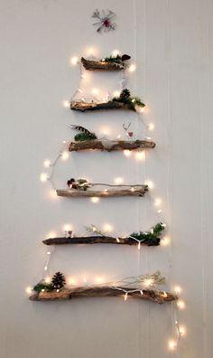Trockene Äste zum Weihnachtsbaum arrangiert