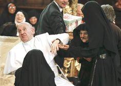 """Papa Francesco assediato dalle suore di clausura di Napoli. Commenterà il cardinale Sepe: """"E se chiste sono quelle di clausure, figuriamoci quelle non di clausura!"""""""