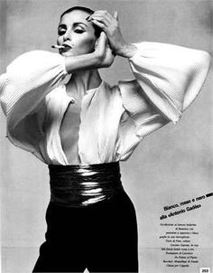 Photo by Giampaolo Barbieri 1980 Trousers and blouse Pims Vogue Italia, December 1980 1980s Fashion Trends, Retro Fashion, Vintage Fashion, Vogue, Power Dressing, Fashion Poses, Fashion Editorials, Vestidos Vintage, Mode Inspiration