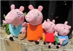 Família Peppa Pig em pelúcia  A família contem: - papai da Peppa (30cm aproximadamente) - mamãe da Peppa (30cm aproximadamente) - Peppa Pig (aproximadamente 19cm) - George (aproximadamente 19cm)  Material: pelúcia  Utilizado: - na decoração de festas de aniversário; - na decoração de quarto infantil; - como brinquedo; - etc. R$ 150,00