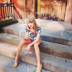 Taylor Swift Wears Red Lipstick Everywhere—Really: Tracing a Beauty Habit in Pictures – Vogue