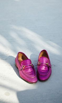 Pink loafers - Plümo Ltd Metallic Loafers, Cherry On Top, Fashion Books, Moccasins, Boat Shoes, Leather Bag, Your Style, Personal Style, Beautiful Women