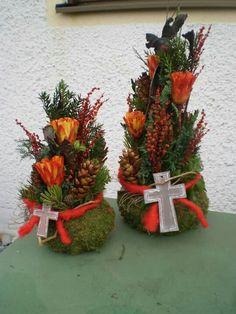 Totensonntagsgesteck Creative Flower Arrangements, Floral Arrangements, Grave Decorations, Table Decorations, Christmas Wreaths, Christmas Decorations, Holiday Decor, Garden Workshops, All Saints Day