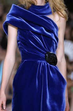 Stéphane Rolland at Couture Fall Navy, dark blue velvet Velvet Fashion, Blue Fashion, High Fashion, Fashion Fashion, Stephane Rolland, Style Bleu, Fashion Details, Fashion Design, Blue Velvet