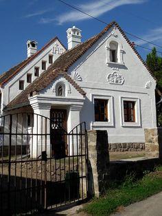 Szentbékkálla - tervező: Mérmű Építész Stúdió Heart Of Europe, Vernacular Architecture, Traditional House, Cottage Style, Habitats, New Homes, Farmhouse, House Design, Rustic