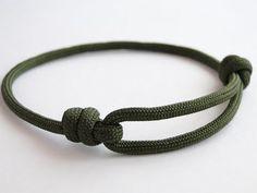 How to Make a Simple Single Strand Friendship (Version Sliding Knot) . - How to Make a Simple Single Strand Friendship (Version Sliding Knot) Bracelet – YouTub - Bracelet Knots, Bracelet Crafts, Paracord Bracelets, Bracelet Making, Survival Bracelets, Slide Knot Bracelet, Knots For Bracelets, Lanyard Knot, Paracord Ideas