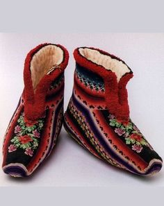 Russian traditional costume. Knitted home booties belonged to a woman from Nizhny Novgorod Province, 19th century. #textile
