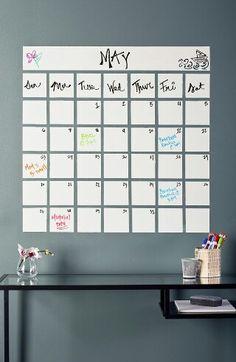 Faça você mesmo seu calendário de parede com Eureka Paint! Faça quadrados com tinta de cor diferente da parede, utilizando fita crepe. Quando estiver seco, passe Eureka Paint e escreva à vontade!