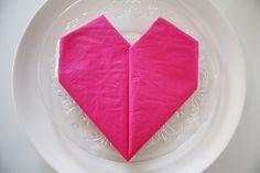 Hvordan brette serviett hjerte Flower Arrangements, Icing, Diy And Crafts, Napkins, Tableware, Creative, Desserts, Fun, Tailgate Desserts